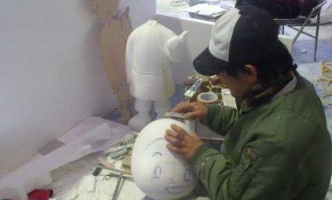 人形製作中