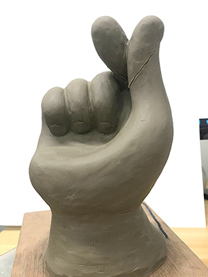 立体看板製作のための指ハートチェアのミニチュアを粘土造形で製作