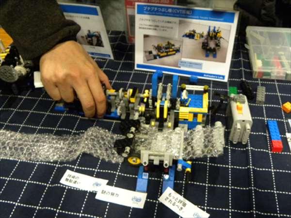 メイカーズフェア2012にてゆっくり動くロボット