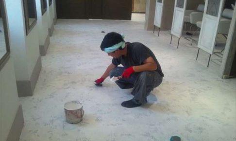 床のエイジング塗装作業風景